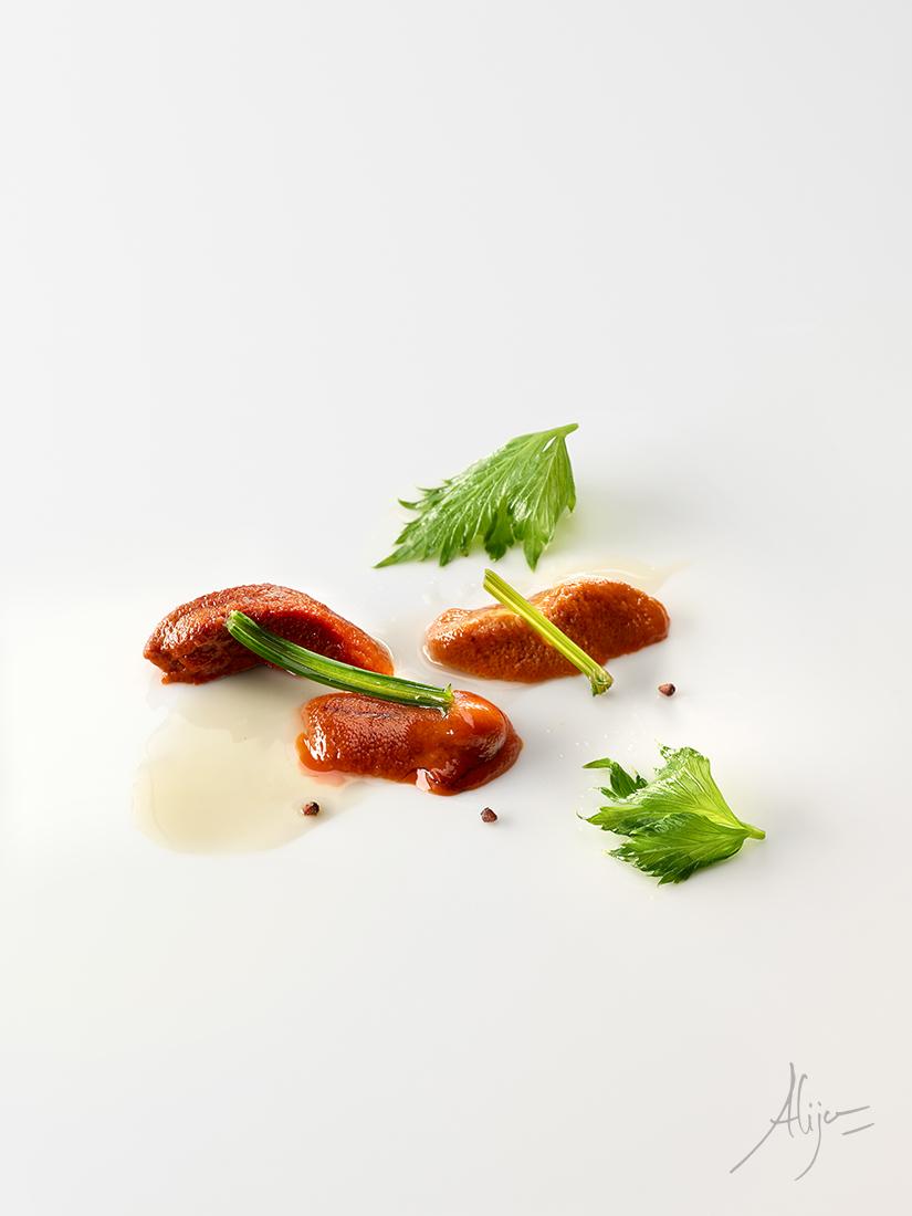 Oursin, céleri vert et jus d'artichauts