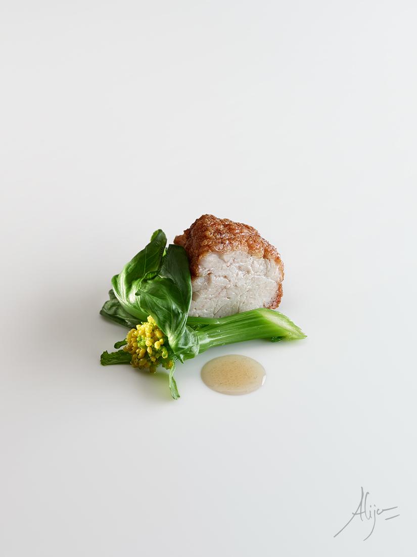 Ris de veau rôti avec beurre noir, feuilles de brocolis, poivre et noix de muscade