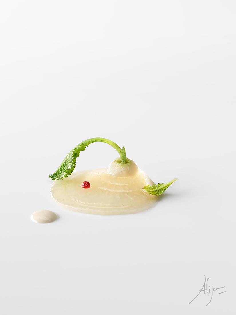 Navet blanc, des fruits secs et un jus de chou et moutarde