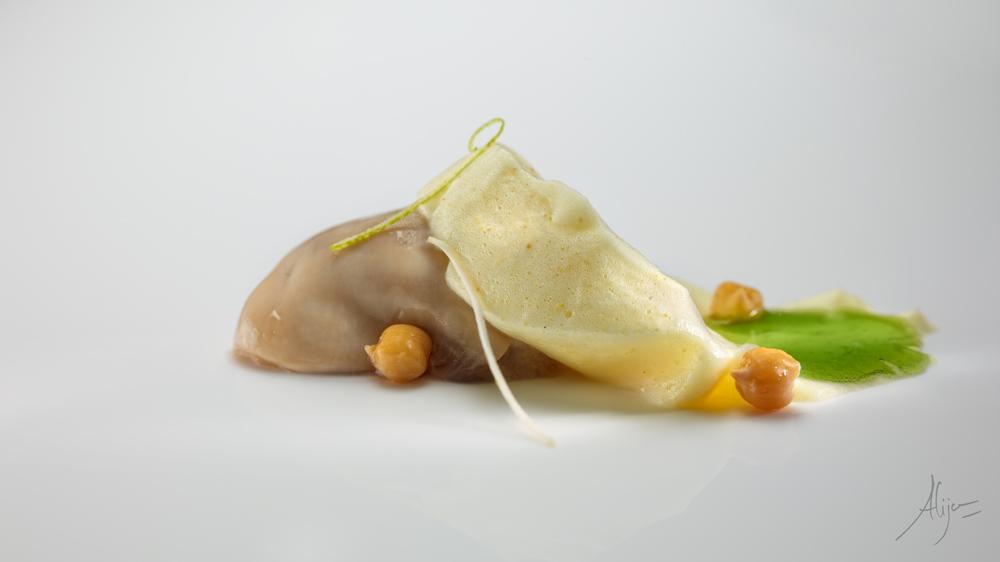 Huître, raifort, citron vert, mousse aux pois chiches et jus de blette