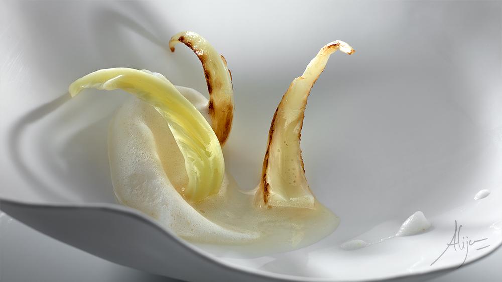 Soupe aux légumes et jambon ibérique agrémentés de tiges de chou champêtre