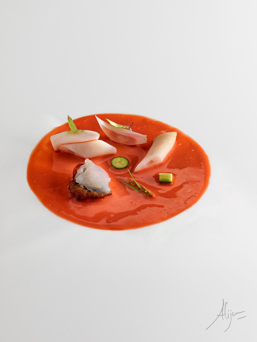 Soupe de fruits de mer et poisson, couteaux et légumes