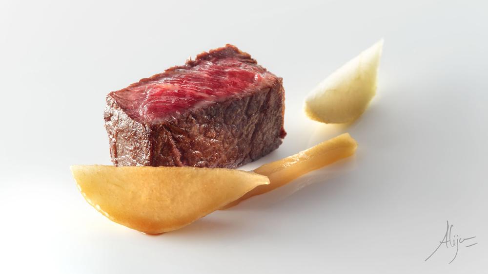 Rosbif de vache grillé, poire rôtie laquée avec du soja