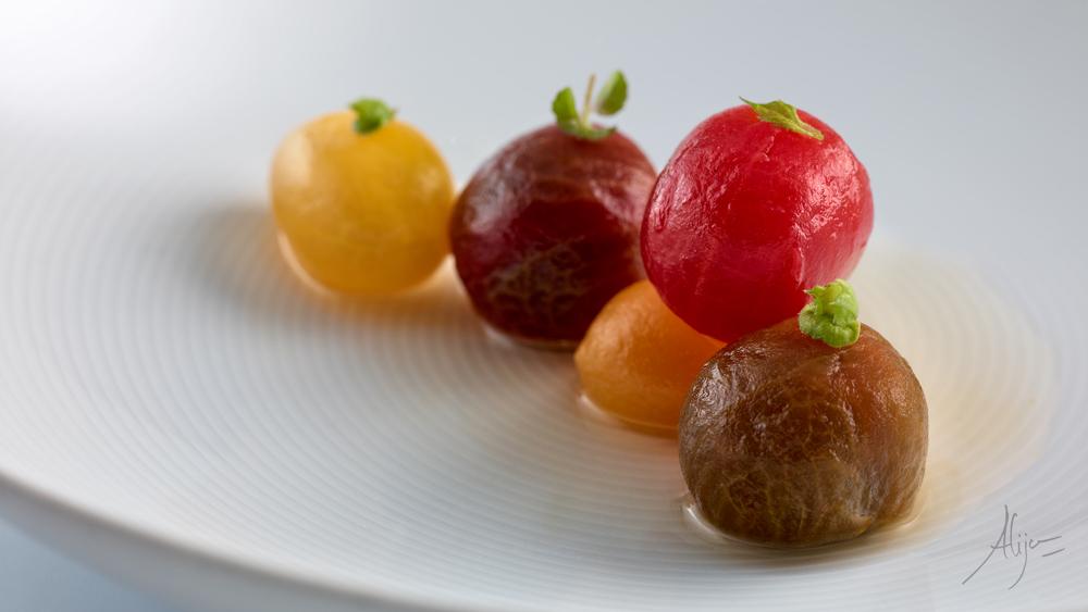 Tomates en sauce, herbes aromatiques et fond de câpres